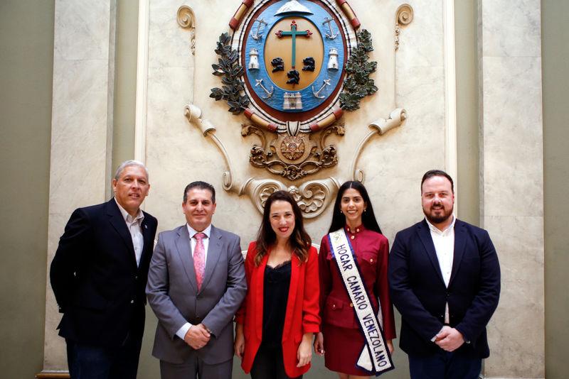 Foto de la Alcaldesa y otras autoridades, en la recepción a la Reina del Hogar Canario Venezolano en el palacio municipal