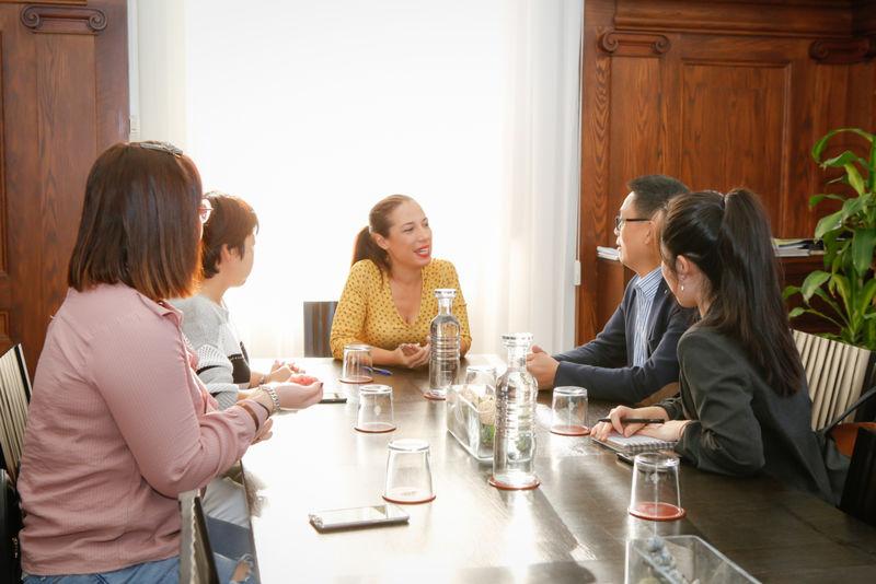 La alcaldesa de Santa Cruz recibe la visita de la Asociación Comercial China