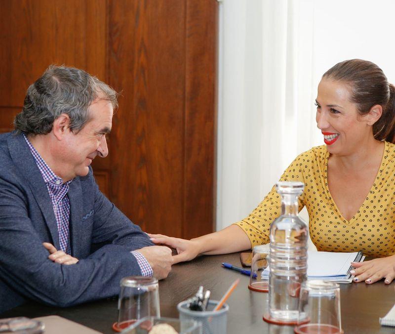 La alcaldesa de Santa Cruz recibe al administrador de la Radio Televisión Canaria en su primer acto oficial