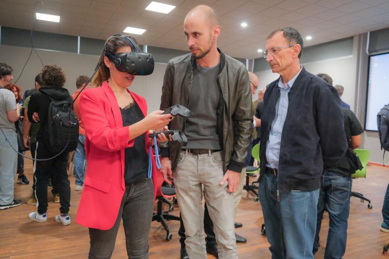 La alcaldesa de Santa Cruz asiste en Ofra a la inauguración de la primera Sala de Realidad Aumentada y Virtual en España