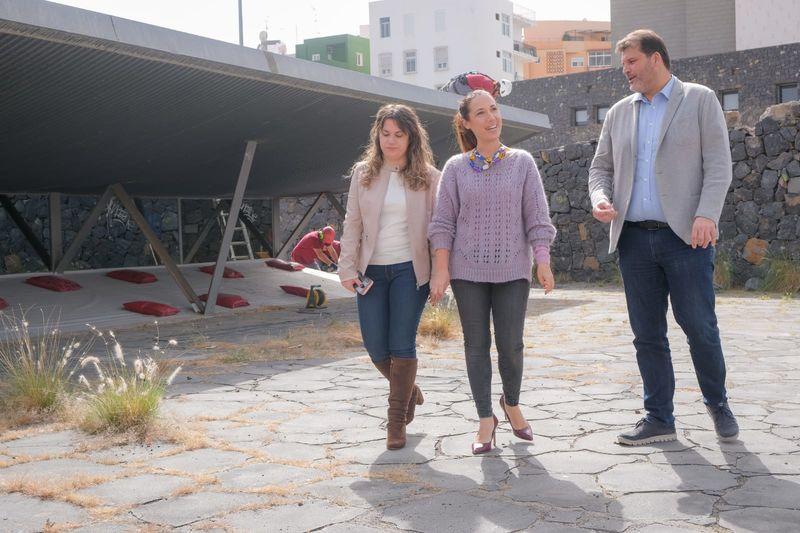 Foto de la alcaldesa, Patricia Hernández, junto a los ediles de Servicios Públicos y de Deportes, José Ángel Martín y Elena Mateo, en la visita a las obras.
