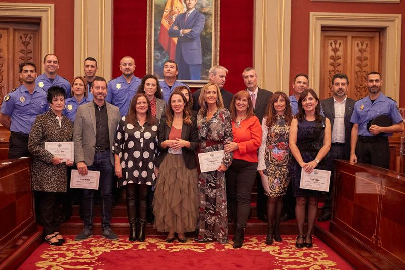 La alcaldesa de Santa Cruz de Tenerife felicita a los trabajadores municipales en la entrega de Medallas por sus años de servicio