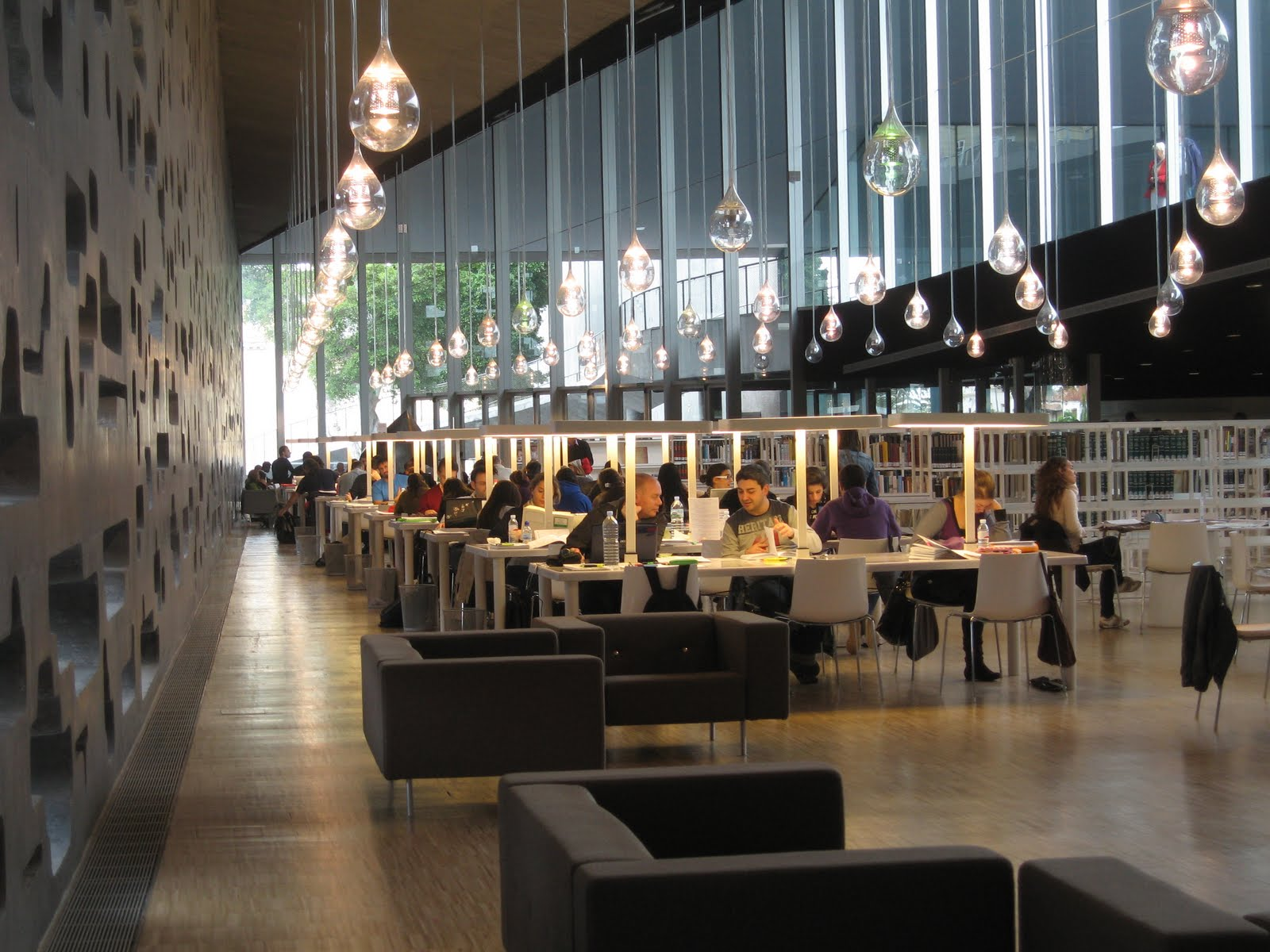 Detalle de la sala de la Biblioteca Municipal Central, en el TEA-Tenerife Espacio de las Artes.