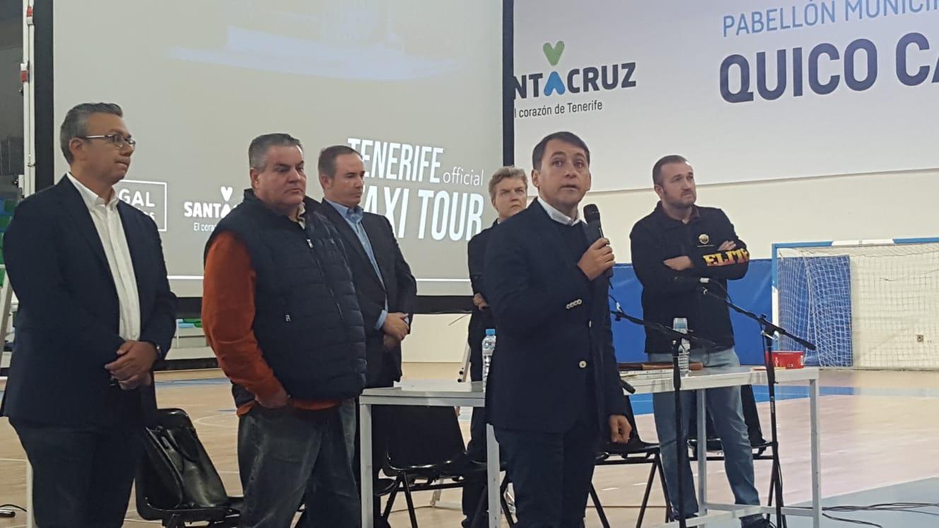 El alcalde de la ciudad, José Manuel Bermúdez, se dirige a los taxistas presentes en la asamblea celebrada en el Pabellón Quico Cabrera en presencia del concejal Dámaso Arteaga y otros representantes del sector.