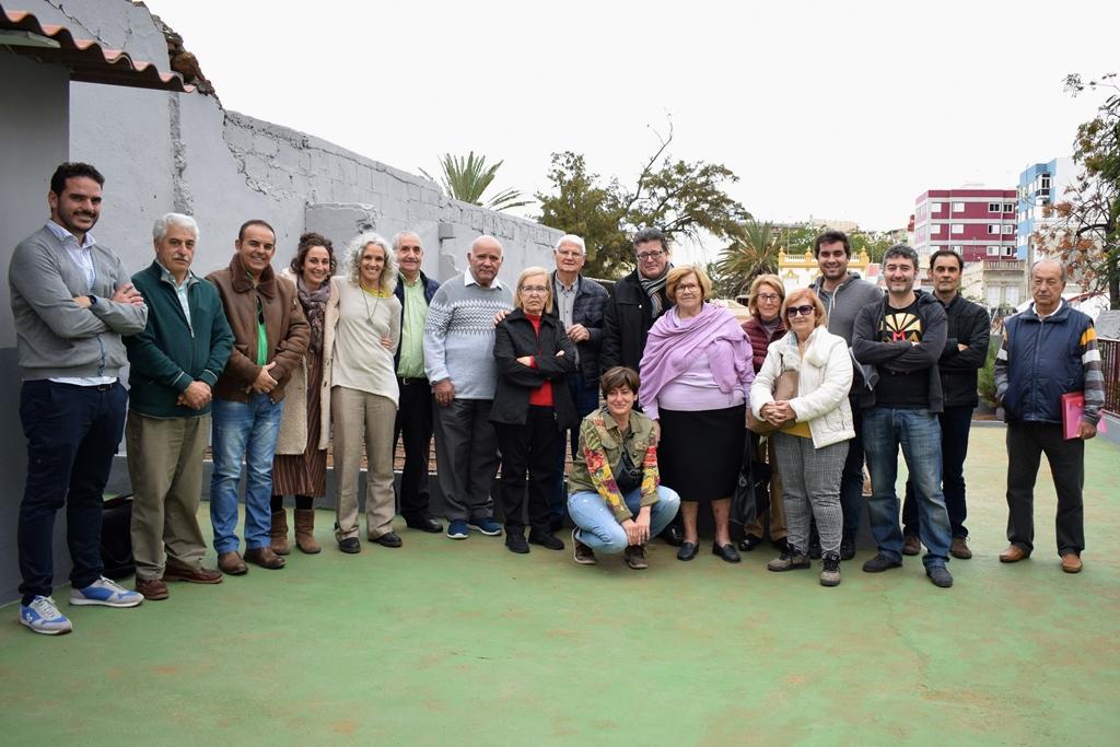 El concejal del Distrito Centro-Ifara, José Carlos Acha, junto con los nuevos adjudicatarios de las parcelas del huerto urbano de El Toscal.