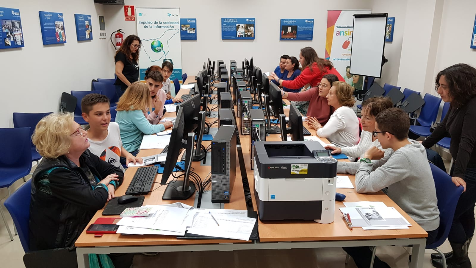 Estudiantes de bachillerato descubren a los mayores la utilidad de internet en la vida